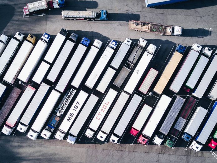Vista aérea de dezenas de caminhões estacionados
